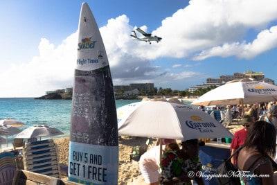 Maho Beach - orari degli aerei segnati sulla tavola da surf