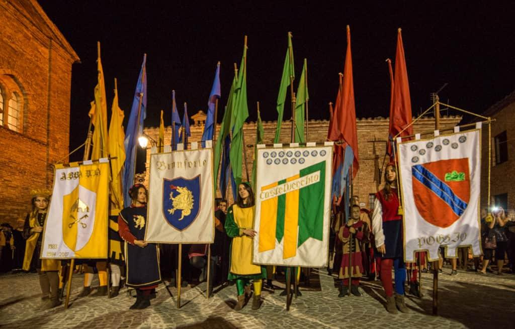 Le 4 contrade di Sarnano durante la Benedizione del Palio